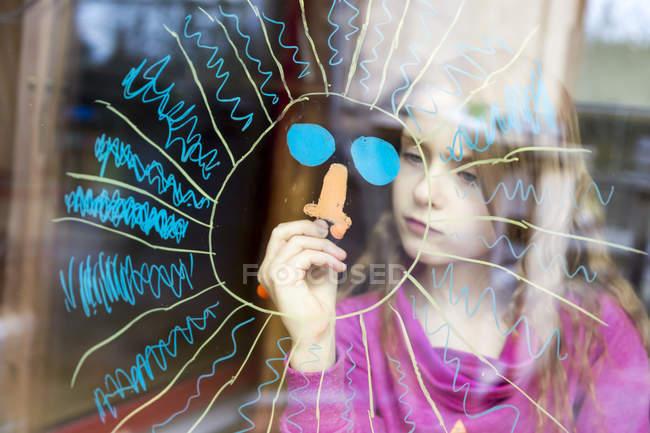Retrato do sol da pintura da menina na janela — Fotografia de Stock
