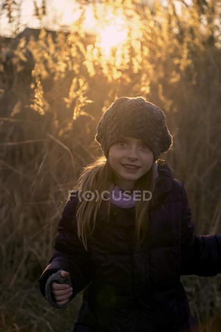 Ritratto di ragazza in piedi in autunno al tramonto — Foto stock