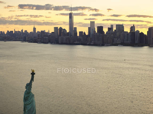 EUA, Nova Iorque, Fotografia aérea da Estátua da Liberdade ao nascer do sol — Fotografia de Stock