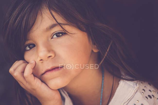 Портрет задумчивой девушки с головой в руке — стоковое фото