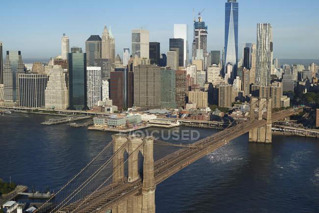 EUA, Nova York, Vista aérea da Ponte do Brooklyn e paisagem urbana sob a luz do sol — Fotografia de Stock
