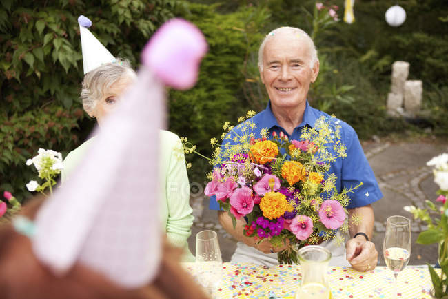 Senioren feiern Geburtstagsparty im Garten — Stockfoto