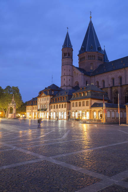 Germany, Rhineland-Palatinate, Mainz, Cathedral and market place view in the evening — Stock Photo