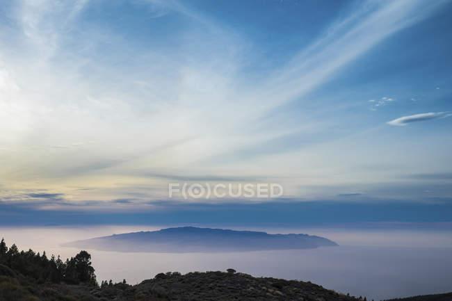 Teneriffa, Landschaft mit Hügeln unter Wolken während des Tages — Stockfoto