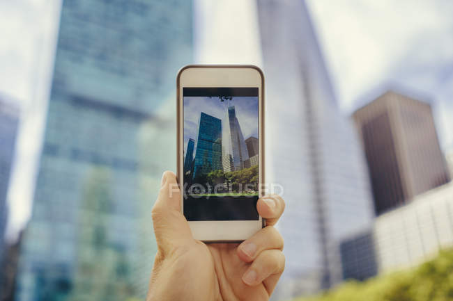 Man takes a photo with cell phone in Manhattan — Stock Photo