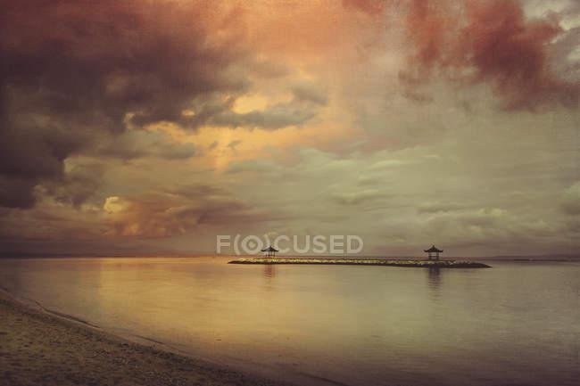 Indonésia, Bali, pavillons de descanso na praia de Sanur — Fotografia de Stock