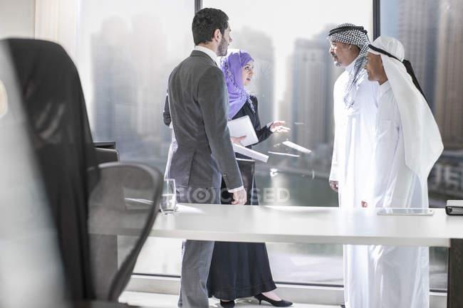 Western businessman meeting Middle Eastern businessmen — Stock Photo