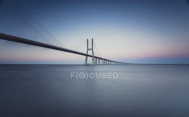 Vista panorámica del puente Vasco da Gama a la luz de la mañana, Lissboa - foto de stock