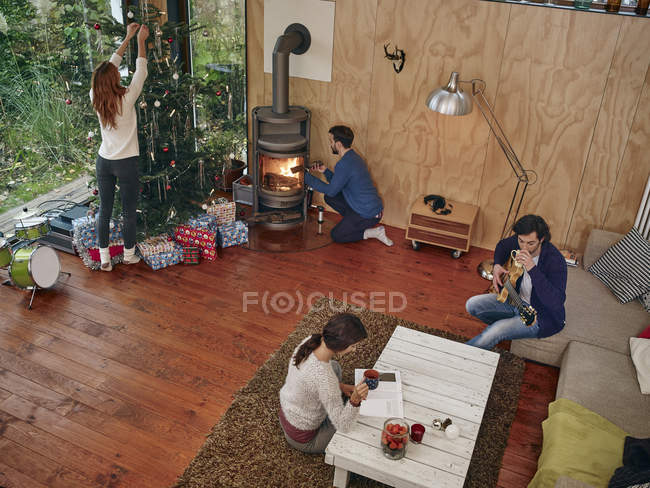 Friends preparing for Christmas Eve in cozy living room — Stock Photo