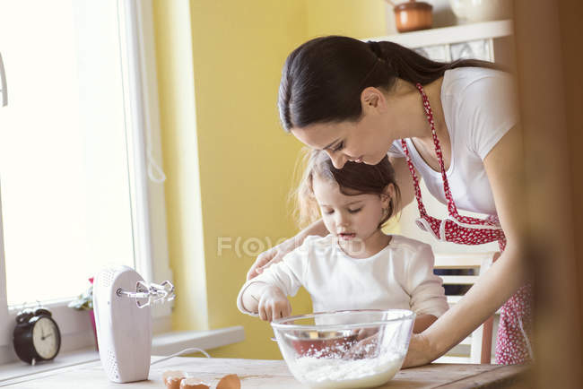 Мати і маленька дочка випічки — стокове фото