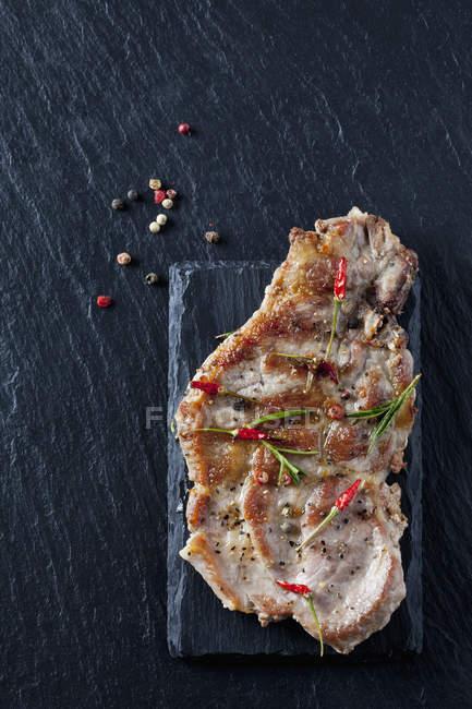 Costeleta de colarinho de porco com ervas e especiarias — Fotografia de Stock