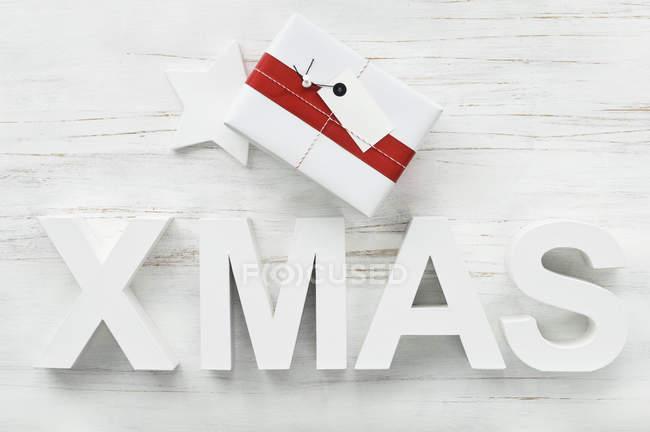 Weihnachtsgeschenk mit Stern und weißem Wort Weihnachten — Stockfoto