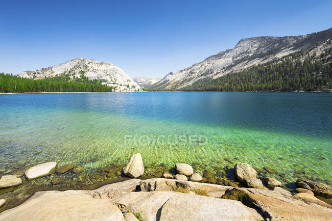 California, mountain lake, Yosemite National Park — Stock Photo
