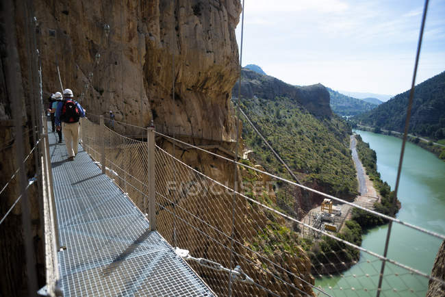 Spain, Ardales, tourists walking along The Kings Little Pathway — Stock Photo