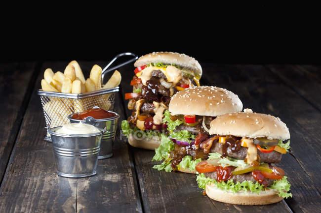 Grandes hambúrgueres com fritas — Fotografia de Stock