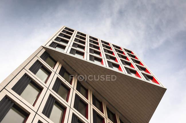 Vista dal basso del moderno edificio per uffici, Stoccarda, Germania — Foto stock