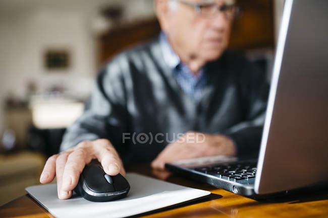 Main de l'homme senior à l'aide de la souris — Photo de stock