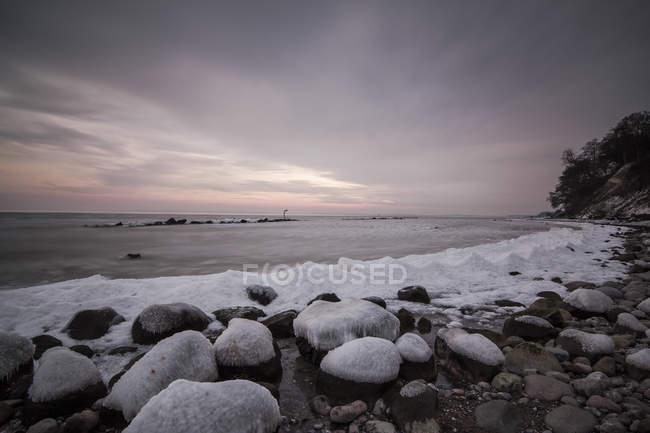 Germany, Mecklenburg-Western Pomerania, Ruegen, Sassnitz, Baltic Sea coast in winter — Stock Photo