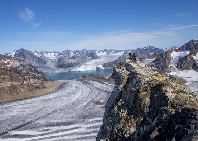 Groenland, Kulusuk, Alpinistes debout sur le pic dans les Alpes Schweizerlandaises — Photo de stock