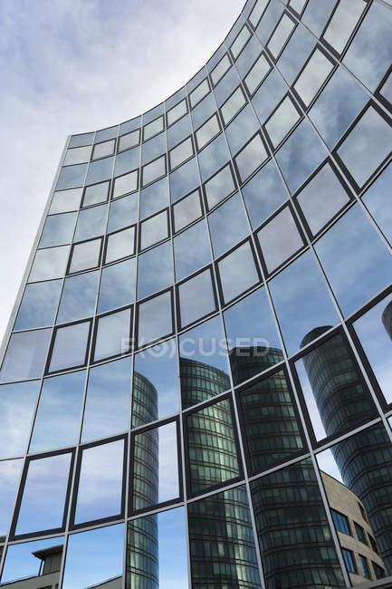 Reflexiones de Alemania, Stuttgart Vaihingen, sobre la fachada de vidrio de una torre de oficinas - foto de stock