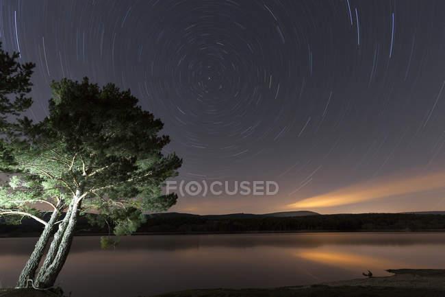 España, Soria, cielo estrellado en embalse de La Cuerd la Pozo - foto de stock