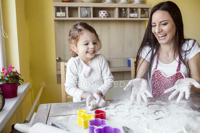 Мати і маленька дочка випічки разом — стокове фото