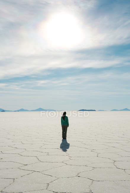 Bolivia, Atacama, Altiplano, Woman standing in Salar de Uyuni — Stock Photo