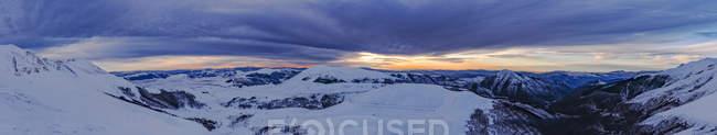 Italy, Umbria, Monti Sibillini National Park, Sunset on Apennines and plateu Piano Grande of Castelluccio di Norcia in Winter — Stock Photo