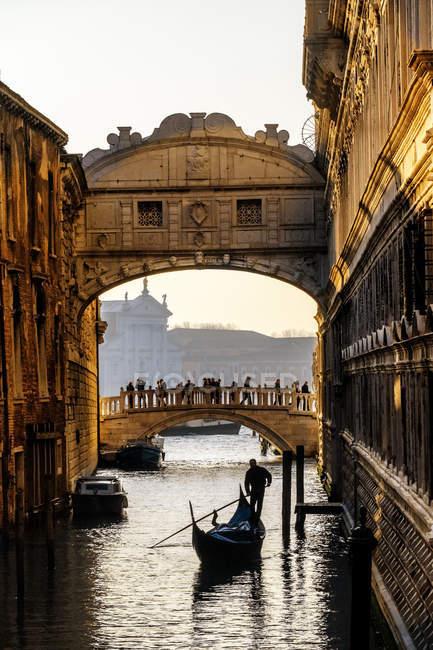 Италия, Венето, Венеция, мост Вздохов с гондольер — стоковое фото