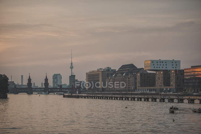 Paysage urbain avec tour de télévision et pont Oberbaum à la rivière Spree, Berlin, Allemagne — Photo de stock