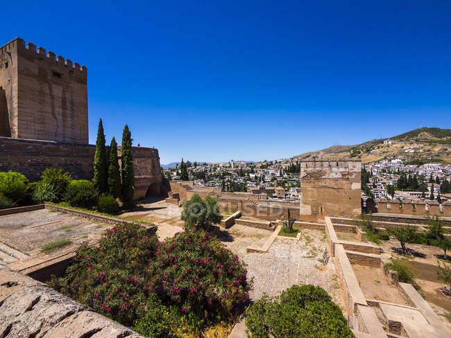 España, Andalucía, Granada, Palacio de la Alhambra, Alcazaba durante el día - foto de stock