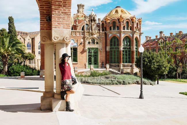 Spanien, barcelona, frau beim fotografieren von sant pau jugendstilstandort — Stockfoto