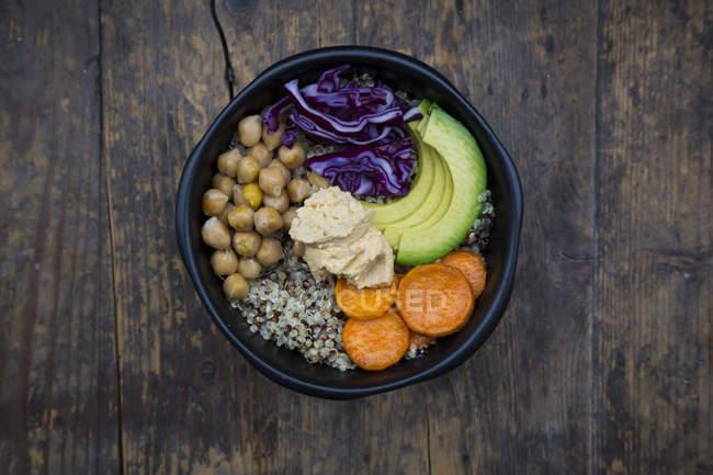 Schüssel mit Quinoa mit Avocado und hummus — Stockfoto