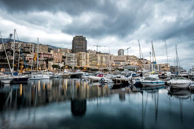 Mónaco, La Condamine, Monte Carlo, Marina con barcos amarrados sobre el agua - foto de stock