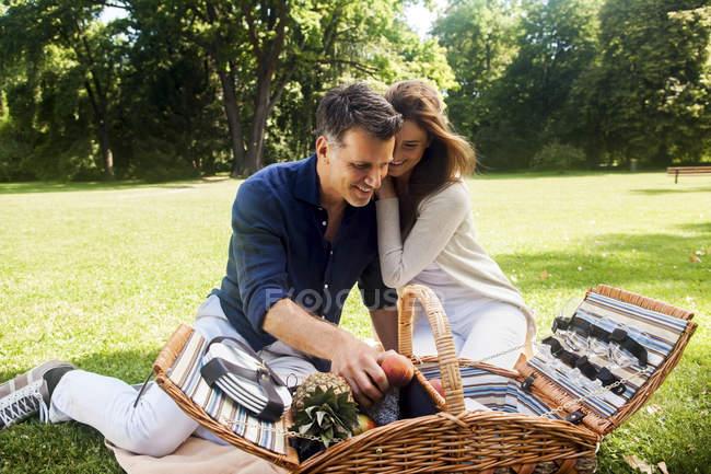 Paar beim Picknick im Park — Stockfoto