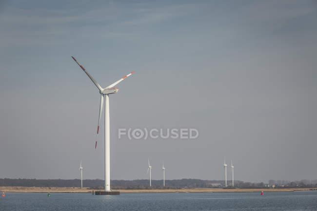 Alemanha, Warnemuende, Rostock Port, parque eólico à beira-mar — Fotografia de Stock
