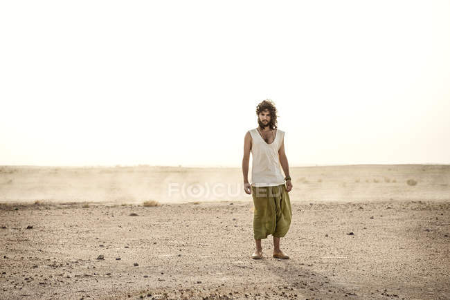 Man standing in desert alone — Stock Photo