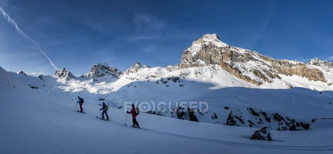 Італія, Rhemes-Нотр-Дам, Benevolo, люди лижами у Спалахуючі вигадки — стокове фото