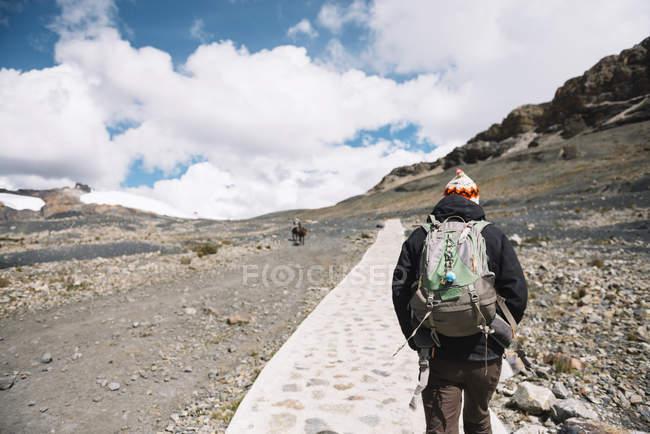 Cordillera Blanca, Cordillera de los Andes, caminante por sendero - foto de stock