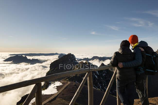 Portugal, Madeira, vista do Pico do Arieiro, casal olhando do ponto de vista — Fotografia de Stock