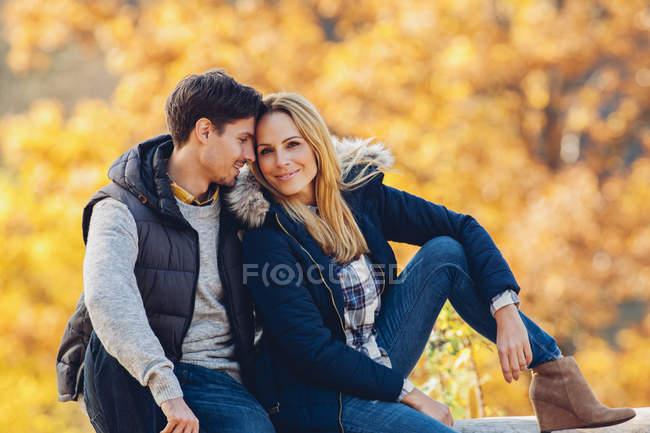 Пара наслаждается осенью в лесу — стоковое фото