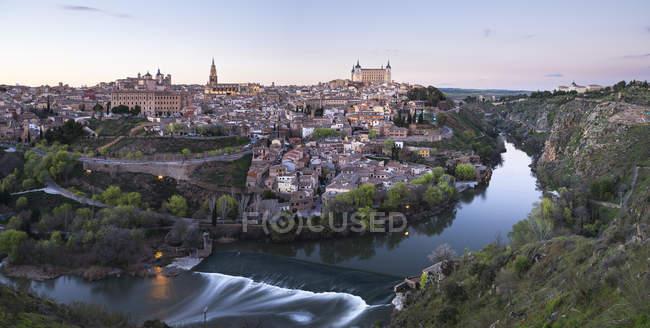 Espanha, Panorama vista de Toledo à noite — Fotografia de Stock