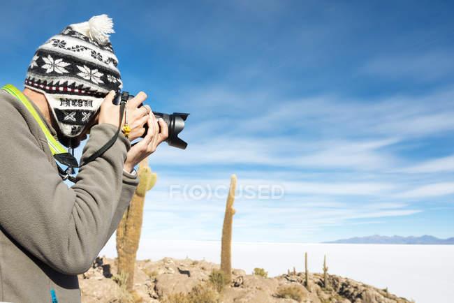 Atacama, Altiplano, Salar de Uyuni, Bolivien, Mann Fotografieren mit Kamera — Stockfoto