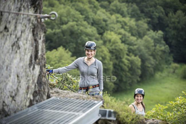 Німеччина, Вестервальд, Hoelderstein, дві усміхнений жінки сходження на Віа ferrata — стокове фото