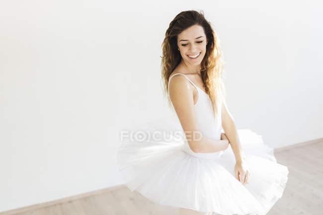 Portrait d'une danseuse de ballet souriant dans un tutu — Photo de stock
