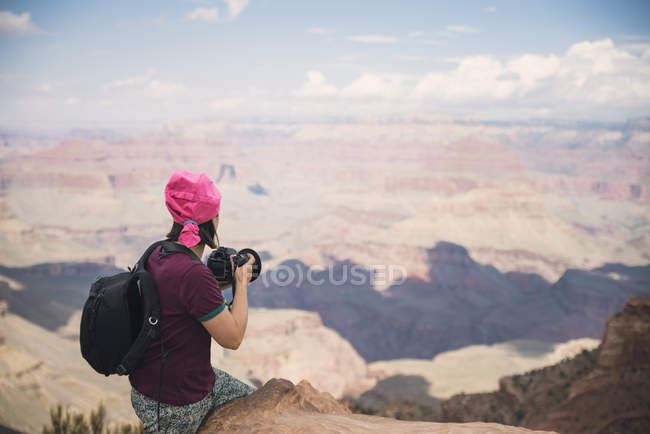 USA, arizona, junge Touristin beim Fotografieren in Grand Canyon — Stockfoto