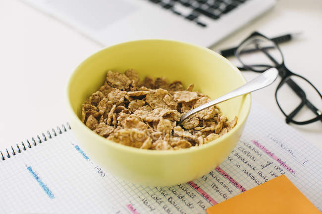 Muesli bowl and notepad on desktop — Stock Photo