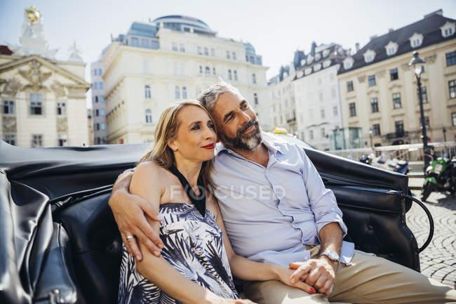 Пара закоханих на екскурсію в кабіні кінь — стокове фото