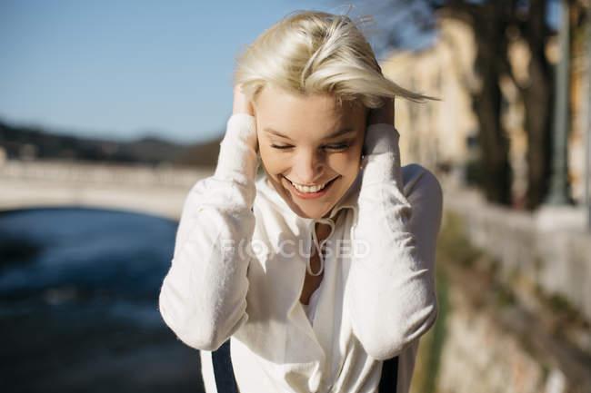 Orelhas de cobertura de mulher com as mãos — Fotografia de Stock