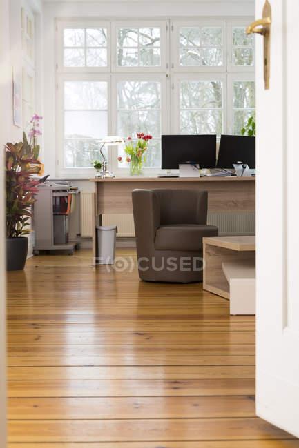 Interior de um escritório informal moderno dentro de casa — Fotografia de Stock
